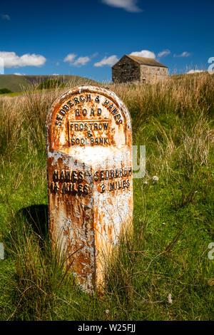Sedbergh, Cumbria, Reino Unido, y Frostrow Soolbank, antiguo hito en carretera a Hawes a través Garsdale