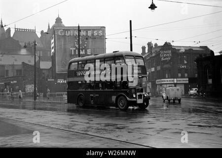 Un día lluvioso cerca del Corn Exchange en el centro de la ciudad de Leeds. La imagen muestra un Roe carnosas AEC Regent III double decker bus en ruta a Cottingley. El vehículo habría sido de nuevo en 1950. Nota El viejo reloj de Guinness anuncio en el fondo.