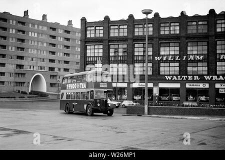 Los coches de la derecha están en Duke Street. Las fábricas que domina el fondo, a la derecha son William Lee, Ltd, mayoristas y Walter Wragg costumiers Ltd. Automóvil agentes y concesionarios, (Fiat), especialistas en coches usados, motocicletas, scooters y ciclomotores de Munro House, York Street. En el fondo a la izquierda del centro, el arco de entrada a Priestley House, parte de Cantera Hill flats es visible. Entre 1938 y 1978 Cantera Hill fue la ubicación de lo que entonces era el mayor complejo de vivienda social en el Reino Unido.