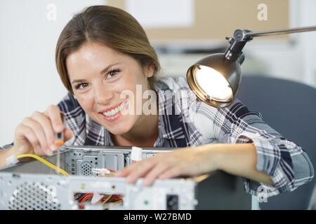 Enchufe hembra feliz técnico en cpu microprocesador al zócalo de la placa madre