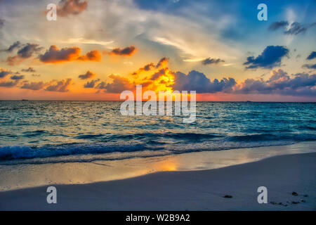 Esta única imagen muestra el gigantesco atardecer en Maldivas. Usted puede ver fácilmente cómo el cielo se rompe y todo se vuelve naranja.