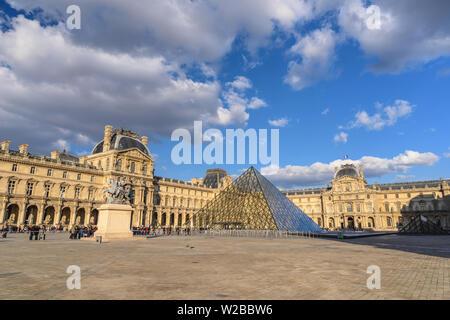 París, Francia - Abril 4, 2019: París Francia El horizonte de la ciudad en el Museo del Louvre Pirámide