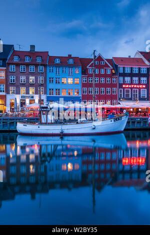 Dinamarca, Zelanda, Copenhague, puerto Nyhavn, noche