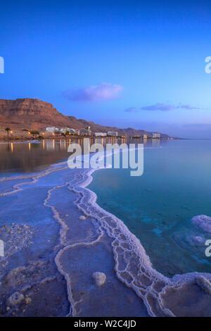 Depósito de sal en primer plano mirando hacia Ein Bokek, Ein Bokek, Dead Sea (lugar más bajo en la tierra), Israel