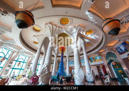 El vestíbulo del hotel Atlantis, Palm Jumeirah, Dubai, Emiratos Árabes Unidos.