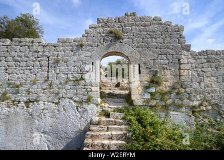 El puente levadizo, Gateway, entrada y tercera muralla de Buoux Fort, Fort de Buoux, castillo o fortaleza, Buoux Provence Luberon Francia