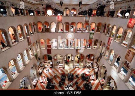 El lujoso centro comercial Fondaco dei Tedeschi. Venecia. Italia.