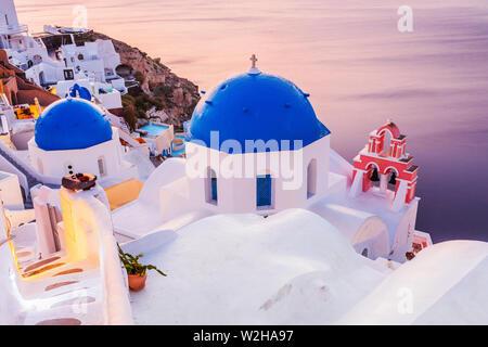 Santorini, Grecia. El pintoresco pueblo de Oia al amanecer.
