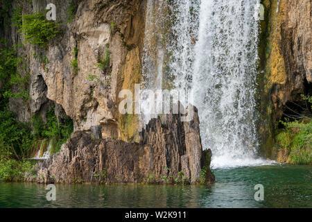 Crystal Clear, agua pura corriendo mossy rocas en un hermoso lago de color azul en el Parque Nacional de Los Lagos de Plitvice en Croacia