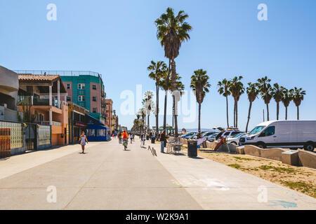 VENICE BEACH, California, EE.UU. - 10 de abril de 2019: el paseo marítimo con palmeras en un día soleado en Los Ángeles, California, Estados Unidos.
