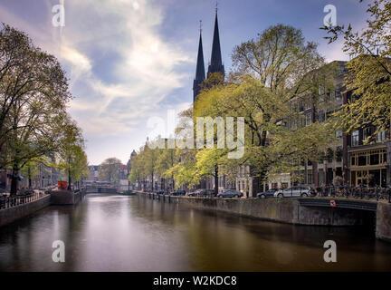 Hermosos árboles a lo largo de un canal en Ámsterdam, Países Bajos