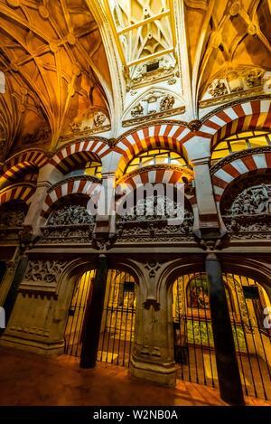 Arco en el interior de la Mezquita (La Mezquita-Catedral) de Corboba, provincia de Córdoba, España.