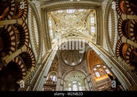 El techo, en el interior de la Mezquita (La Mezquita-Catedral) de Corboba, provincia de Córdoba, España.