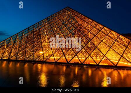 La Pirámide del Louvre (Pyramide du Louvre) es una gran pirámide de cristal y metal diseñada por el arquitecto Chinese-American I.M. Pei, rodeado por tres