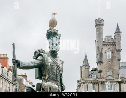 Gordon Highlanders estatua por Mark Richards, Castlegate, Aberdeen, Escocia, Reino Unido, con gull & Ciudadela edificio Foto de stock