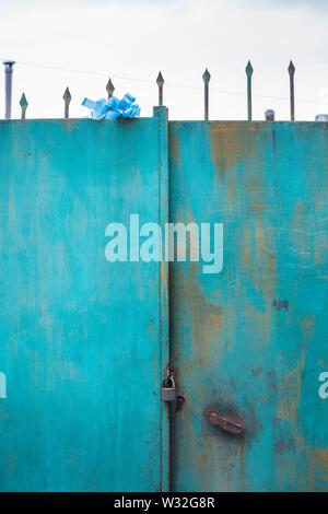 Turquoise soportó la puerta metálica con una puerta buscar