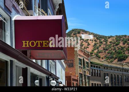 El 'B' en Chihuahua Hill, con vistas a los edificios históricos y hoteles en el antiguo pueblo minero de Bisbee, AZ,