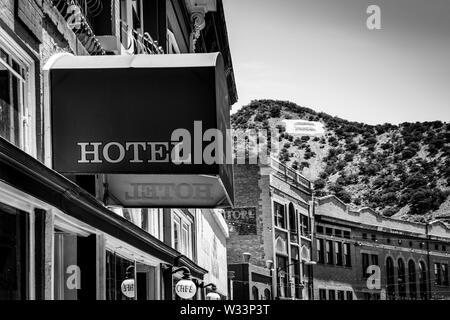 El 'B' en Chihuahua Hill, con vistas a los edificios históricos y hoteles en el antiguo pueblo minero de Bisbee, AZ, en blanco y negro