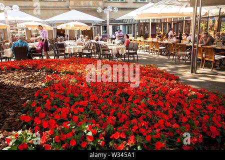 La terraza de la cafetería Reichard, cerca de la catedral de Colonia, Alemania. Terrasse des Cafe Reichard am Dom, Koeln, Deutschland.
