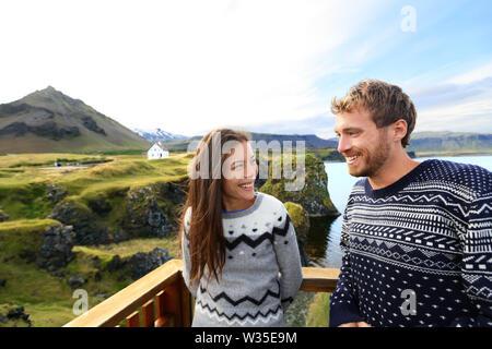 Pareja de turistas en viajes románticos en Islandia. Feliz pareja excursiones como turistas visitando monumentos y atracciones en Arnarstapi, Snaefellsnes, Islandia. Foto de stock