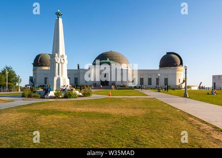 LOS ANGELES, ESTADOS UNIDOS - 11 de abril de 2019: Observatorio Griffith edificio situado en la ladera orientada al sur del monte de Hollywood en Los Ángeles Griffith Park.