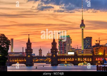 Espectacular atardecer en el puente Oberbaum en Berlín con la famosa Torre de Televisión en la espalda