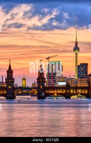Hermoso atardecer en el puente Oberbaum en Berlín con la famosa Torre de Televisión en la espalda
