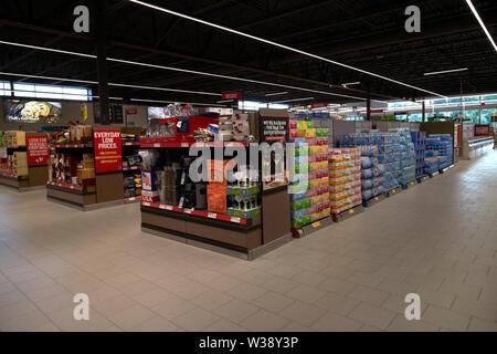 Pasillos interiores de una tienda de Aldi en Orlando, Florida, Estados Unidos de América Foto de stock