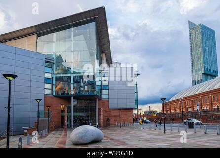 Manchester, Reino Unido - 25 de abril de 2019: el Bridgewater Hall de Manchester Central frente al centro de conferencias. El Bridgewater Hall es una internat