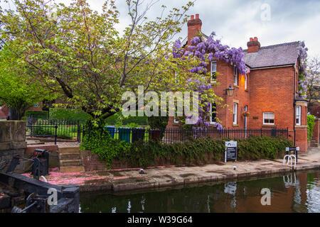 Manchester, Reino Unido - 25 de abril de 2019: Escena atmosférica del sistema canal Victoriano restaurado en el área de Manchester Castlefield