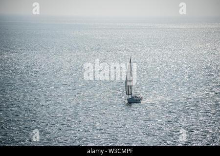 Un solitario único velero en el Océano Atlántico frente a la costa de Lisboa, Portugal.