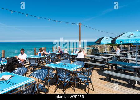 Los Veraneantes Sentado En La Terraza Del Bar De La Playa