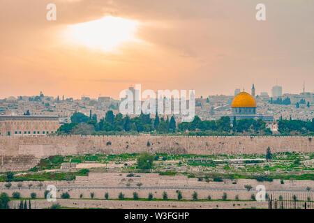 Vista panorámica de la ciudad vieja de Jerusalén y el Monte del Templo durante un colorido espectacular atardecer. Una vista de la cúpula de la roca y la Mezquita de Al Aqsa de th