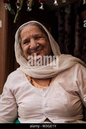 JAISALMER, INDIA - CIRCA NOVIEMBRE 2018: Retrato de mujer india en las calles de Jaisalmer es también llamada 'La Ciudad de Oro, y se encuentra en Raj Foto de stock
