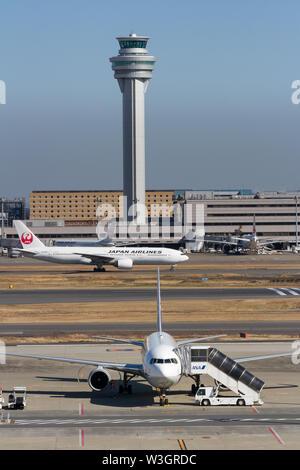 Japan Airlines (JAL) Boeing 777-200 pasa por delante de la torre de control del aeropuerto de Haneda, Tokio, Japón. Viernes 1 de febrero de 2019