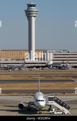 Un All Nippon Airways (ANA) avión Boeing 757 es atendido en frente de la torre de control del aeropuerto de Haneda, Tokio, Japón. Viernes 1 de febrero de 2019