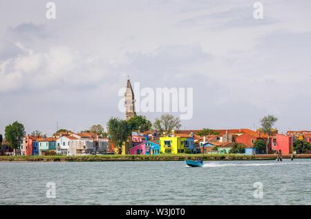 Vista de Burano, una pequeña y pintoresca isla en la Laguna de Venecia, Venecia, Italia con la inclinada campanile de la Iglesia de San Martino en el horizonte