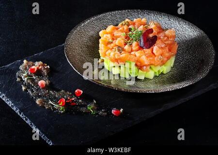 Tartar de salmón sobre fondo negro