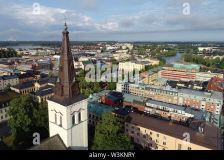 Karlstad, Suecia - Julio 13, 2019: Vista aérea de la ciudad de Karlstad con la catedral en primer plano.