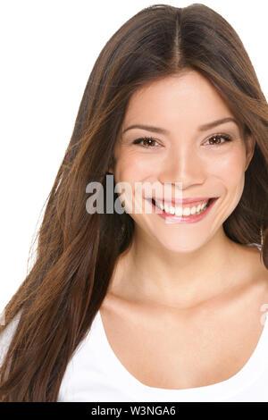 Mujer Asiática retrato de cerca - chica asiática en su 20s sonriendo feliz mirando a la cámara aislada sobre fondo blanco. Modelo de mujer hermosa morena, multi-étnico chino Asia / caucásicos.