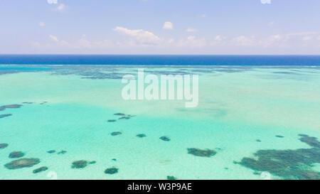 Con una laguna de agua de mar y arrecifes, agua de fondo. Seascape con agua clara. Gran atolón con laguna.