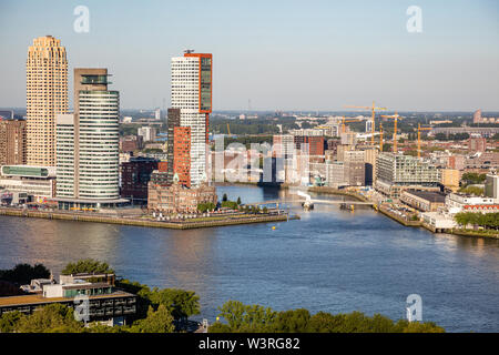 Vista aérea de la ciudad de Rotterdam. Paisaje y río Maas, día soleado de verano, vista desde la torre Euromast, Países Bajos
