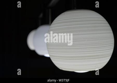 Bombilla de luz decoración con fondo oscuro