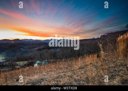 Puesta de sol sobre las montañas Blue Ridge, montaña, cerca de Sunset Bakersville, Carolina del Norte, EE.UU.