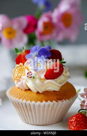 Cupcake decorado con buttercream, frutas y flores.