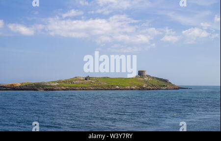 Dalkey isla opuesta Coliemore Harbor en Dalkey, Condado de Dublín, Irlanda. Una torre Martello erigidas en el siglo xix, también puede ser visto. Foto de stock