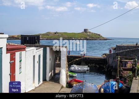 La entrada al puerto de Coliemore Dalkey, Condado de Dublín, Irlanda, con la isla de Dalkey en el fondo. Foto de stock