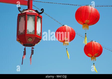 Decoraciones chinas en el barrio chino de Los Angeles