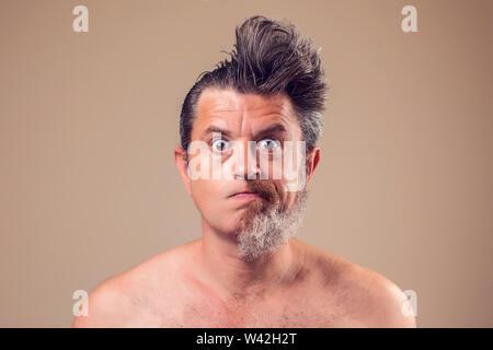 Un retrato del hombre con la mitad de la barba y el cabello en fondo marrón