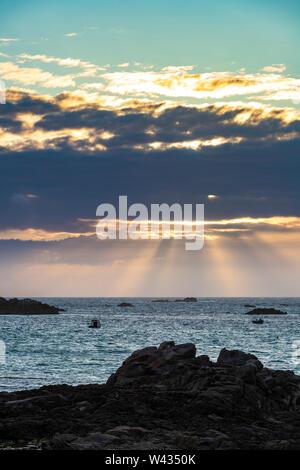 La puesta de sol sobre la bahía Cobo, Guernsey, Islas del Canal UK